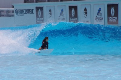 Amuro Tsuzuki montando la ola de espaldas a esta en preparación para el debut olímpico de surf. (PRNewsfoto/American Wave Machines, Inc.)