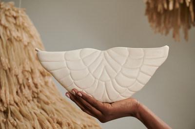 Zer: Alas de Ángel, diseño único y original inspirado en el amor puro, es parte de la nueva colección de Beamina., De fondo obra Suspiuros de la artista Frances Rivera.