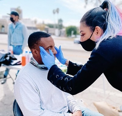 Yasmin Qartoumy, una esteticista que ha aprovechado su experiencia en el cuidado de la piel para conectarse con la población sin hogar de Los Ángeles ofreciéndoles tratamientos faciales, de pedicuría, entre otros. (PRNewsfoto/Mucinex)